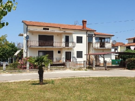 Umag area, for sale family house 435 sqm, with 4 apartments, 700 sqm land (00138)